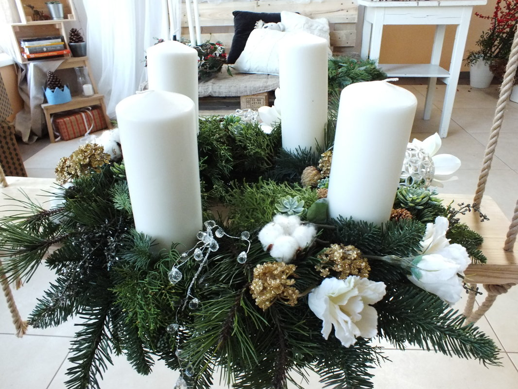 Didelis advento vainikas su baltomis žvakėmis