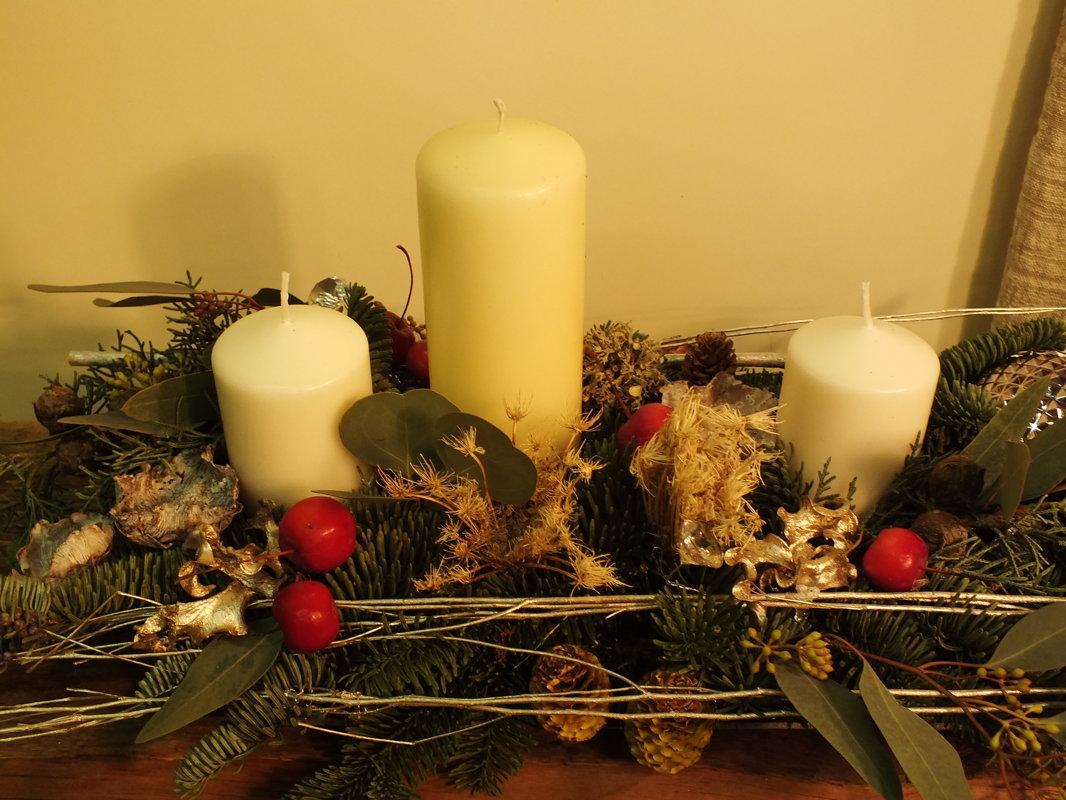 Pailga vidutinė kalėdinė kompozicija su žvakėmis