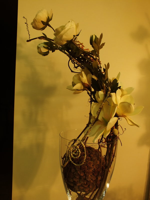 Dirbtinių gėlių kompozicija stiklo vazoje