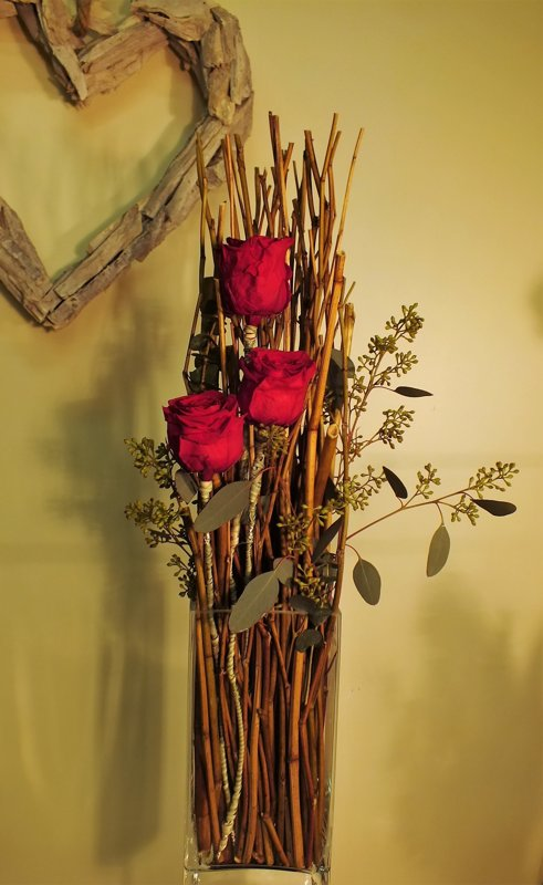Kompozicija stiklo vazoje su stabilizuotomis rožėmis