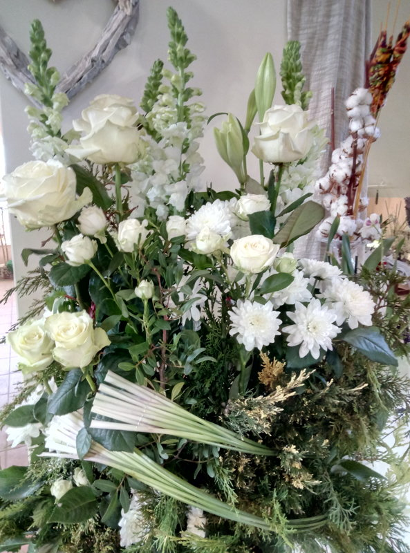 Aukšta didelė baltų gėlių kompozicija šermenims