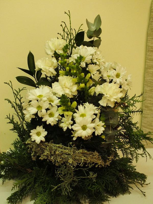 Nedidelė aukšta baltų gėlių kompozicija šermenims